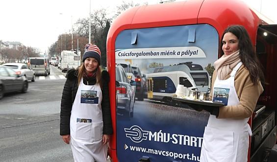 491d14c58c Kávéosztással hívja fel az autósok figyelmét a MÁV-START - Outdoor ...